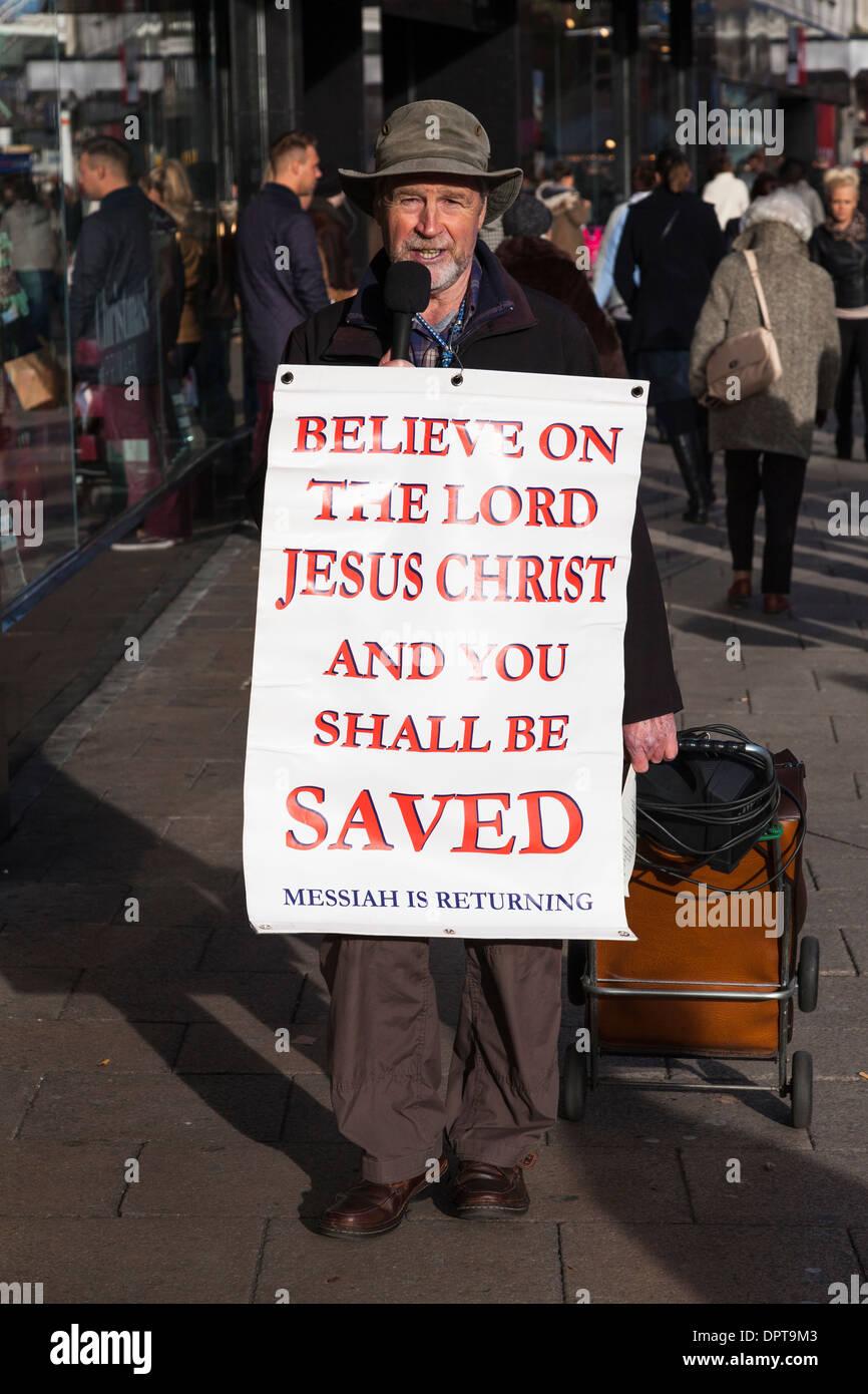 Centro città high street predicatore religioso con poster. Immagini Stock