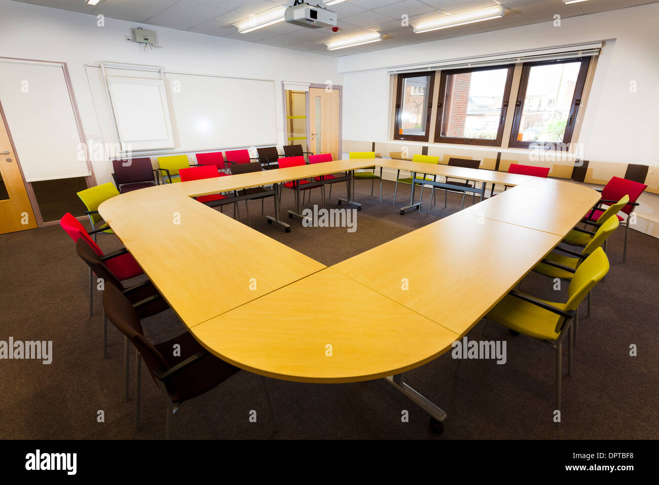 Conferenza non occupato layout tabella in ufficio. Immagini Stock
