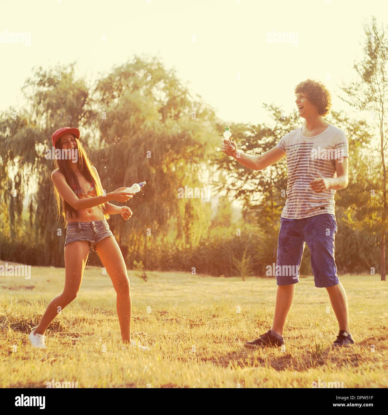 Teens giovane giocando con acqua Immagini Stock