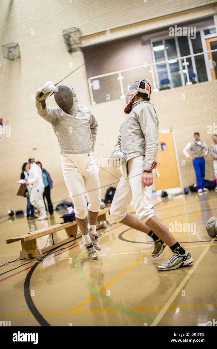 Due uomini maschio Aberystwyth studenti universitari schermitori concorrenti a scherma, sabre stile, REGNO UNITO Immagini Stock