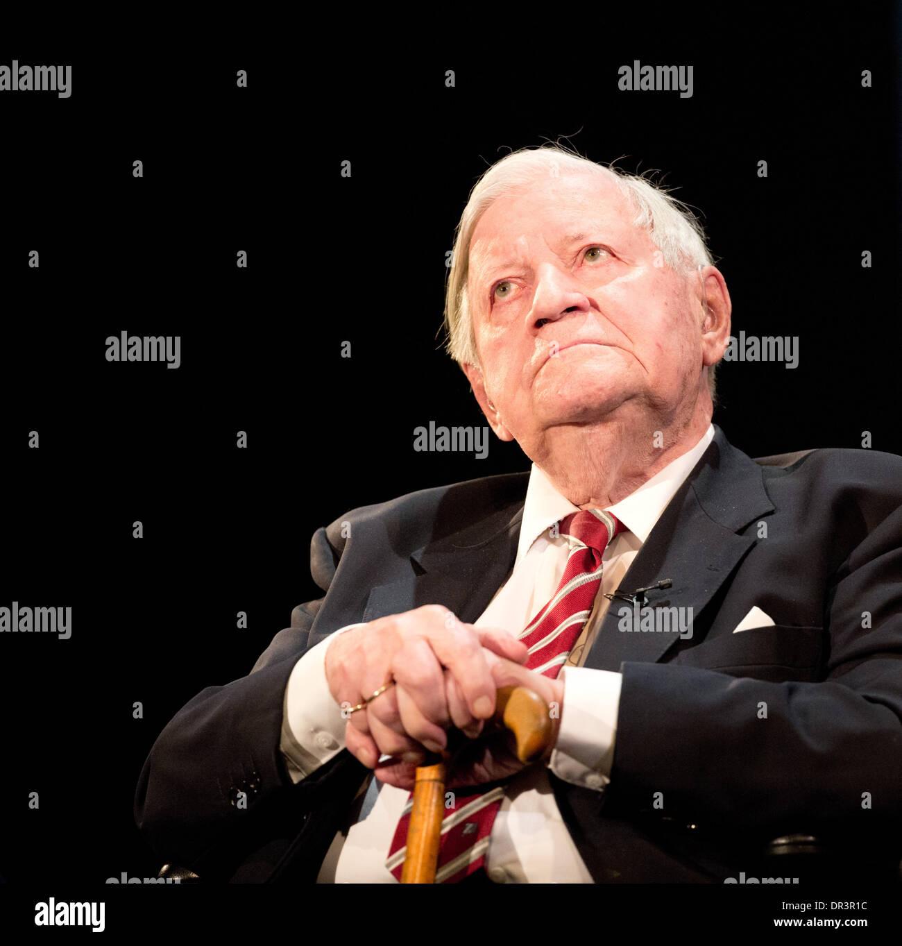 L'ex cancelliere tedesco Schmidt parla durante la sua festa di compleanno nel teatro Thalia ad Amburgo, Germania, Foto Stock