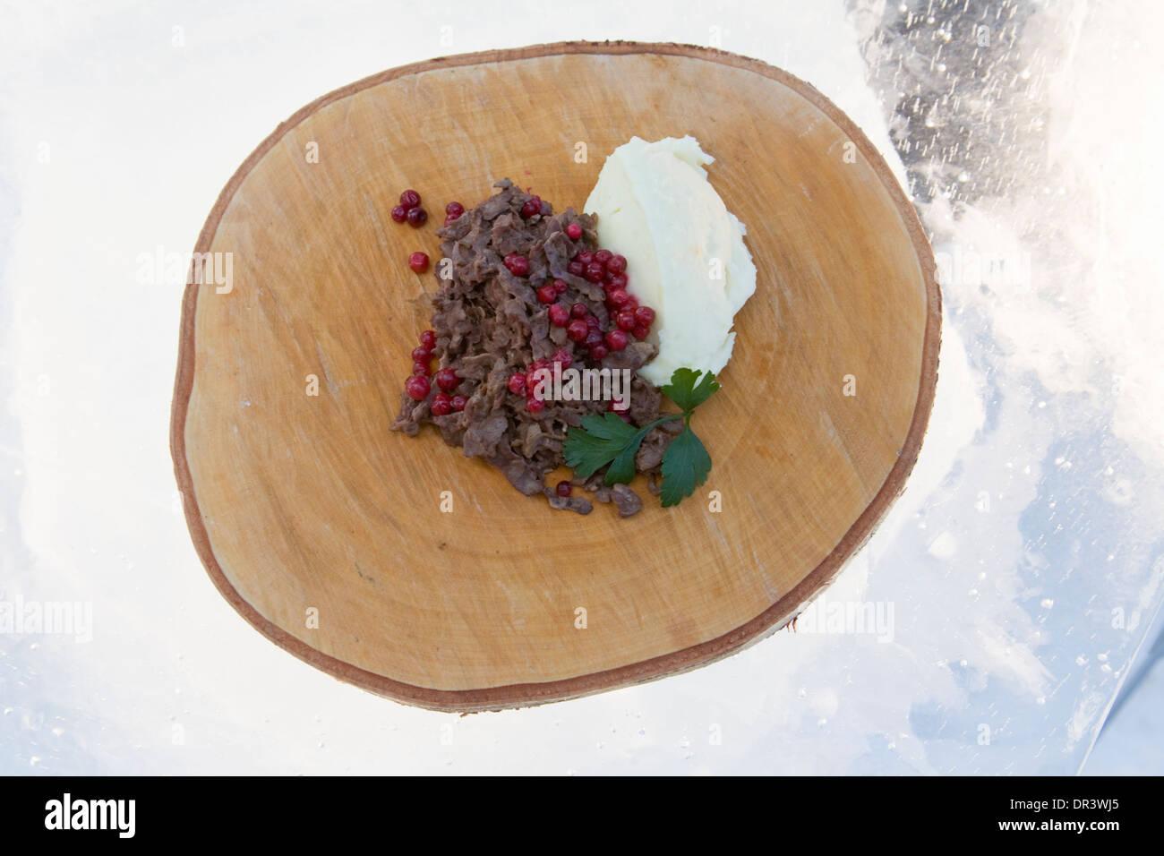 Tradizionale corso prima di affumicato Lingonberries carne di renna e panna acida Jokkmokk fair Laponia Svezia inverno Immagini Stock