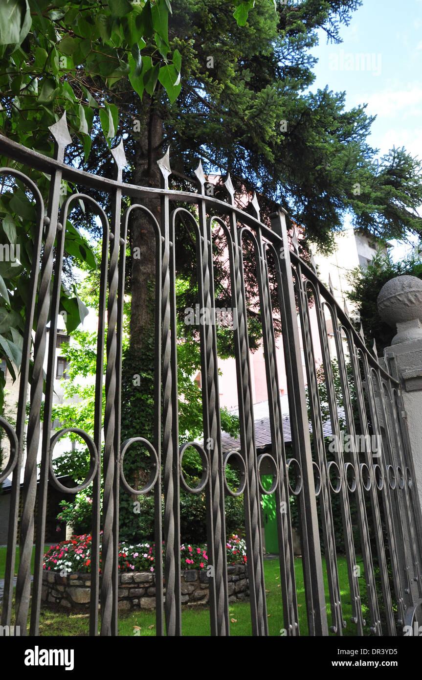 Recinzione Giardino In Ferro ferro battuto recinzione che circonda un giardino foto