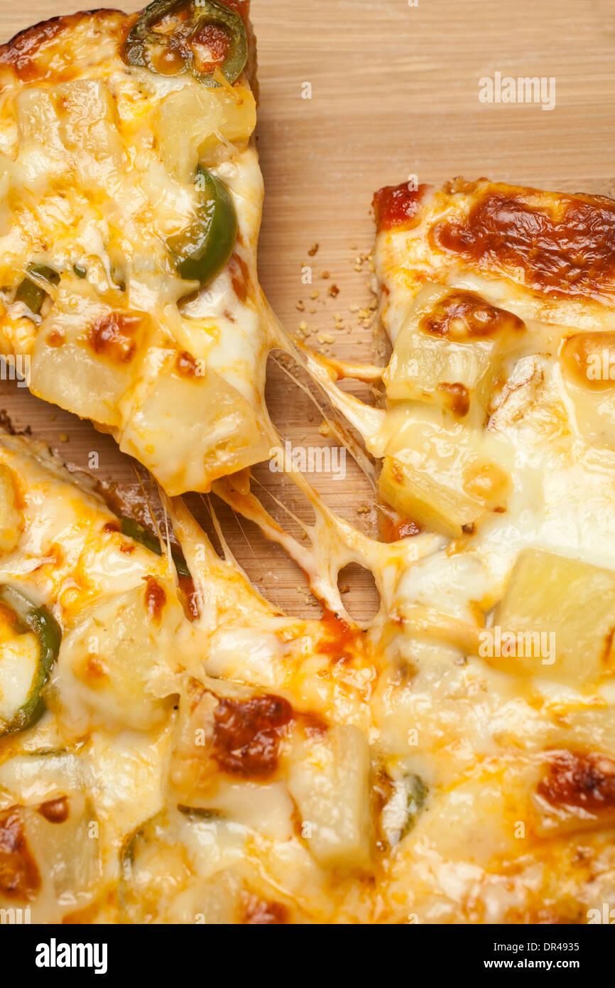 Afferrando la prima fetta di formaggio pizza Immagini Stock