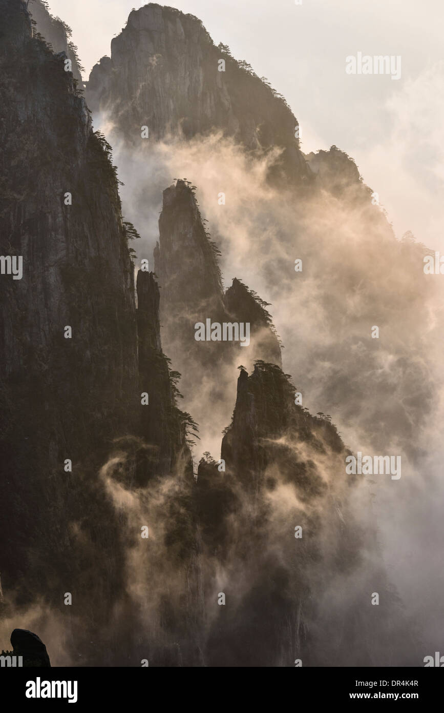 La laminazione di nebbia sulle montagne, Huangshan Anhui, Cina Immagini Stock