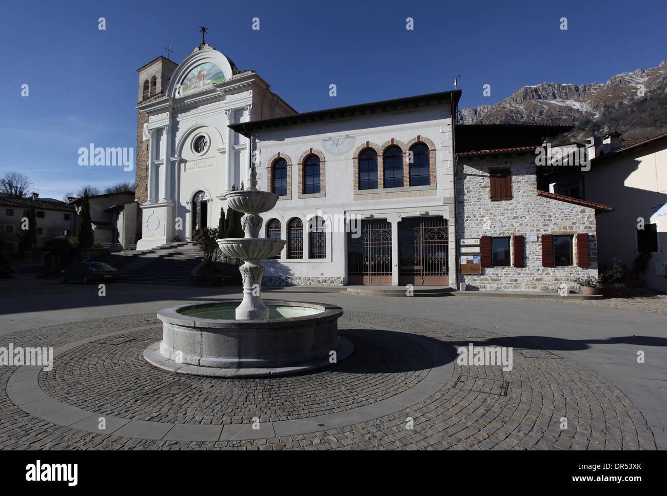 Caseificio Fontana Pietra.La Fontana Di Fronte Alla Chiesa E La Vecchia Latteria