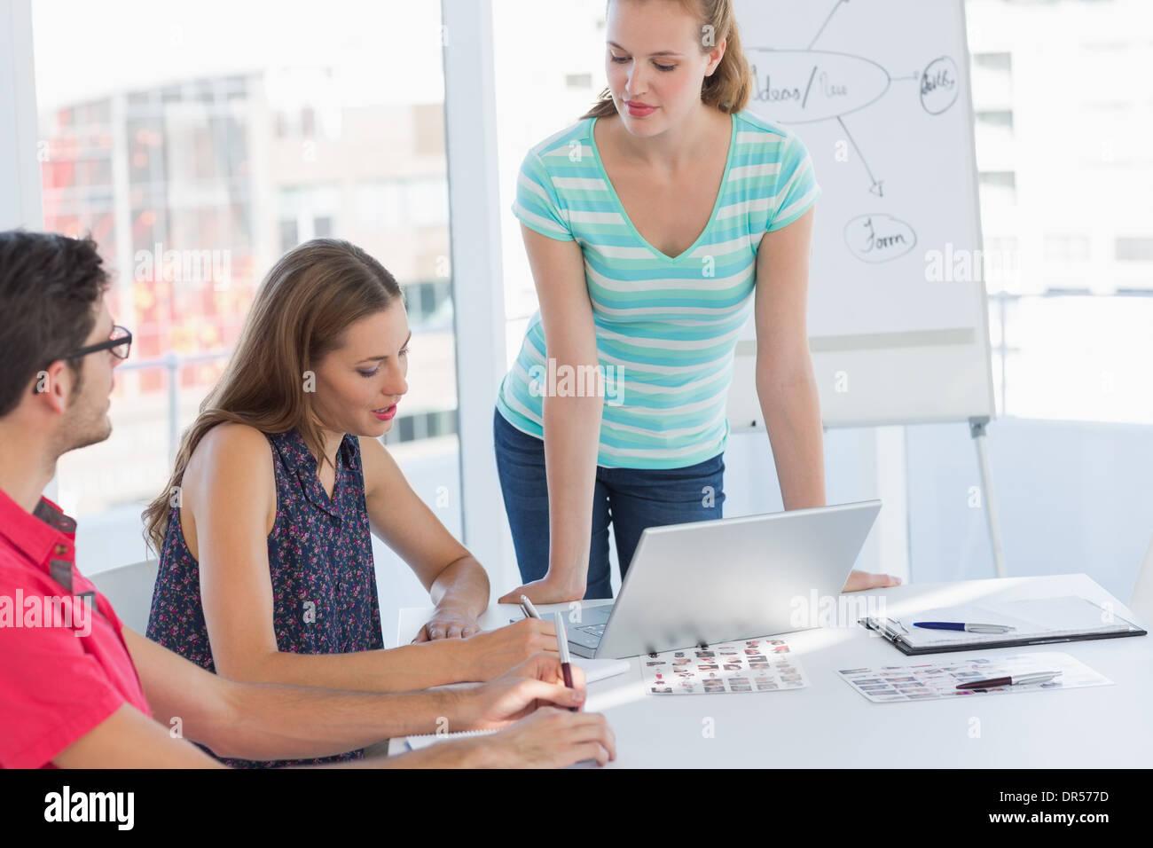 Business Casual persone in ufficio presso la presentazione Immagini Stock