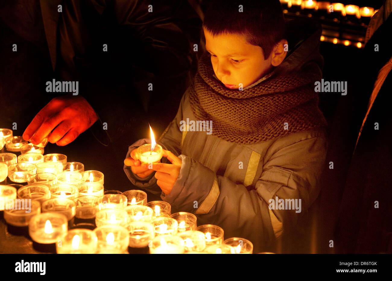 Bambino accendere una candela, Cattedrale di Colonia - Concetto di bambini e Religione / Cristianesimo, Colonia ( Koln ), Germania Europa Immagini Stock