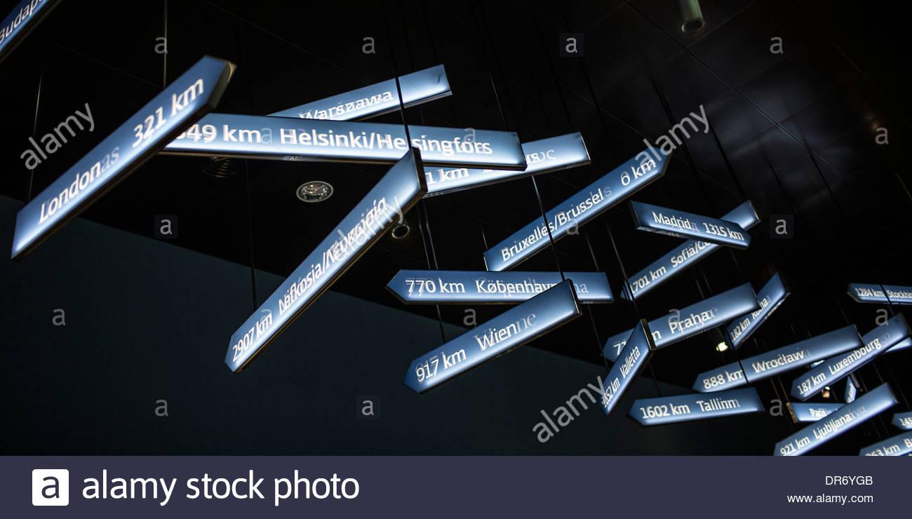 Cartelli assortiti nel palazzo del parlamento, Parlamentarium, Bruxelles, Belgio Immagini Stock
