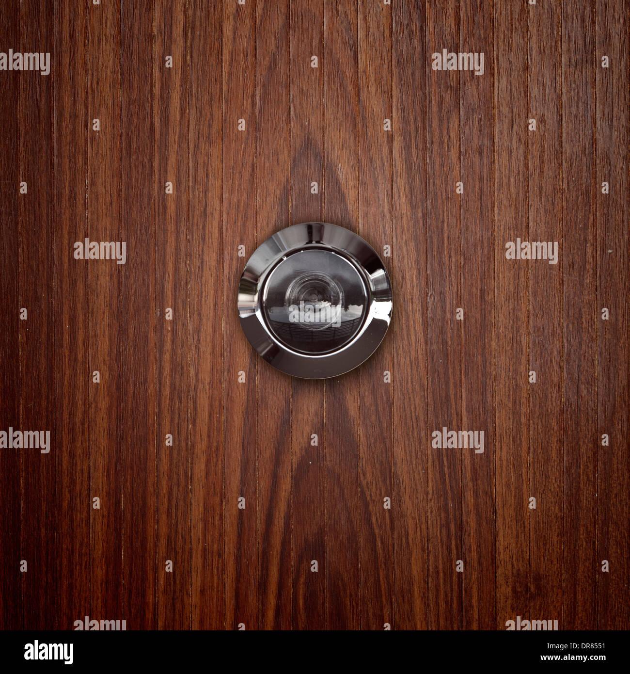 Porta la lente occhio magico su legno Foto & Immagine Stock ...