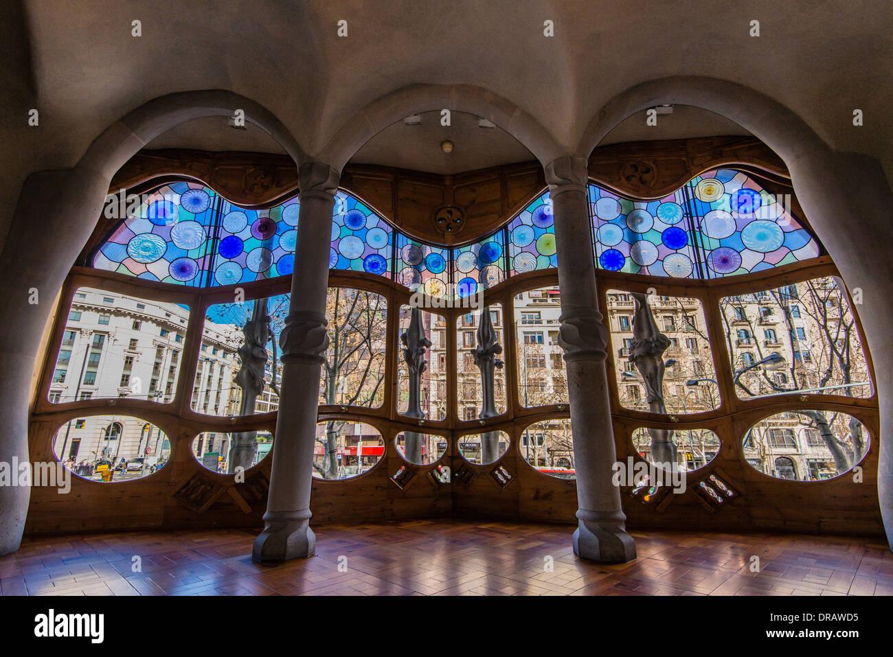 Grandi finestre al piano nobile della Casa Batlló, Barcellona, in Catalogna, Spagna Immagini Stock