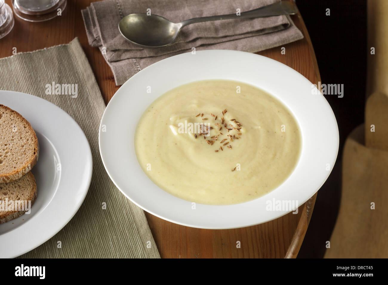 Piccante zuppa di cavolfiore con arrosti di semi di cumino Immagini Stock