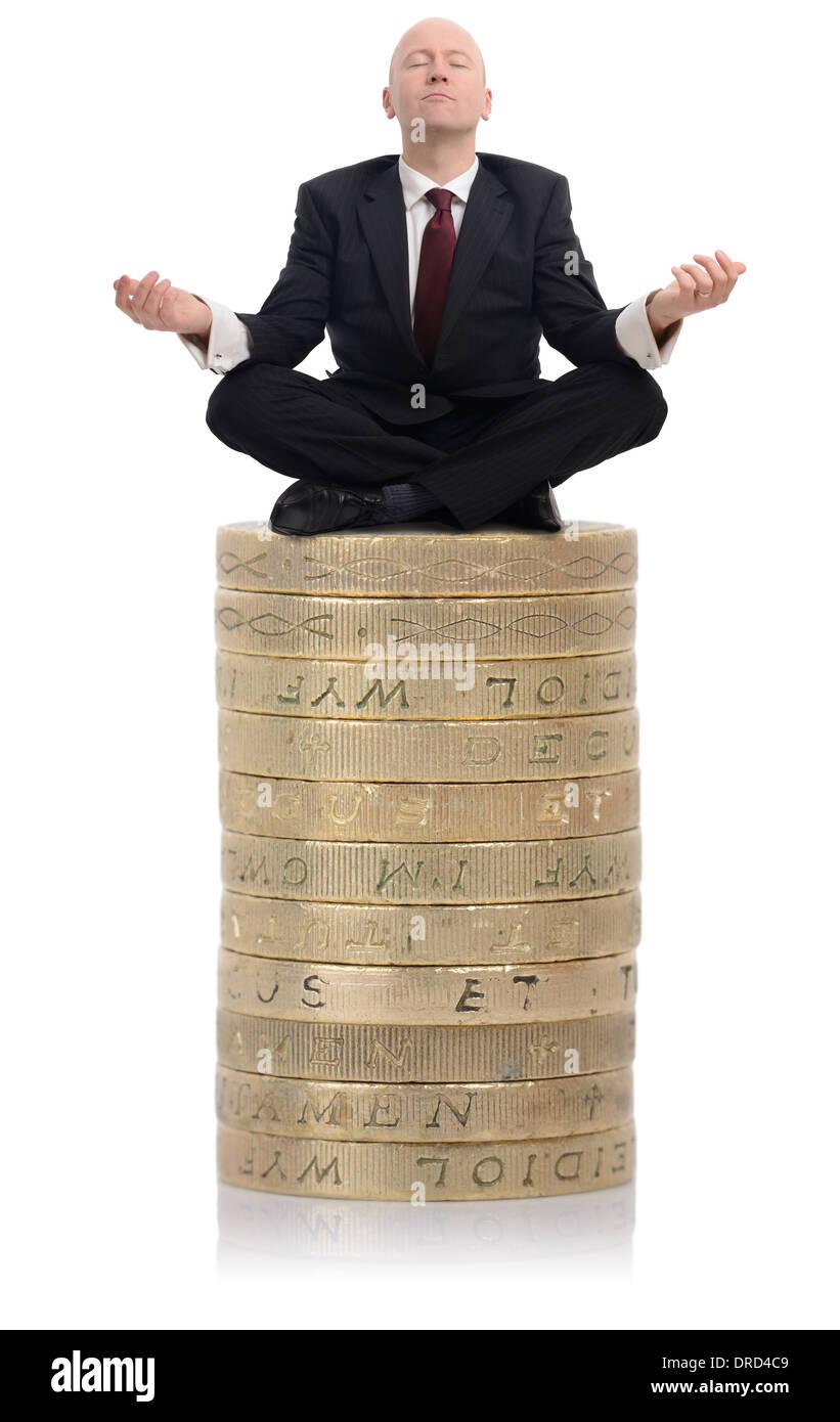 Advisor finanziario seduto su una pila di denaro Immagini Stock