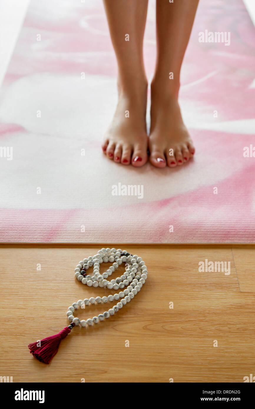Yoga Tadasana posano con la Mala i grani di preghiera Immagini Stock