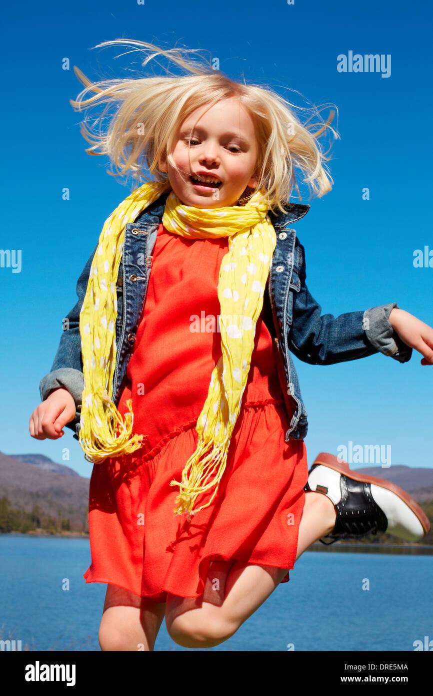Ragazza in abito rosso dal lago Immagini Stock