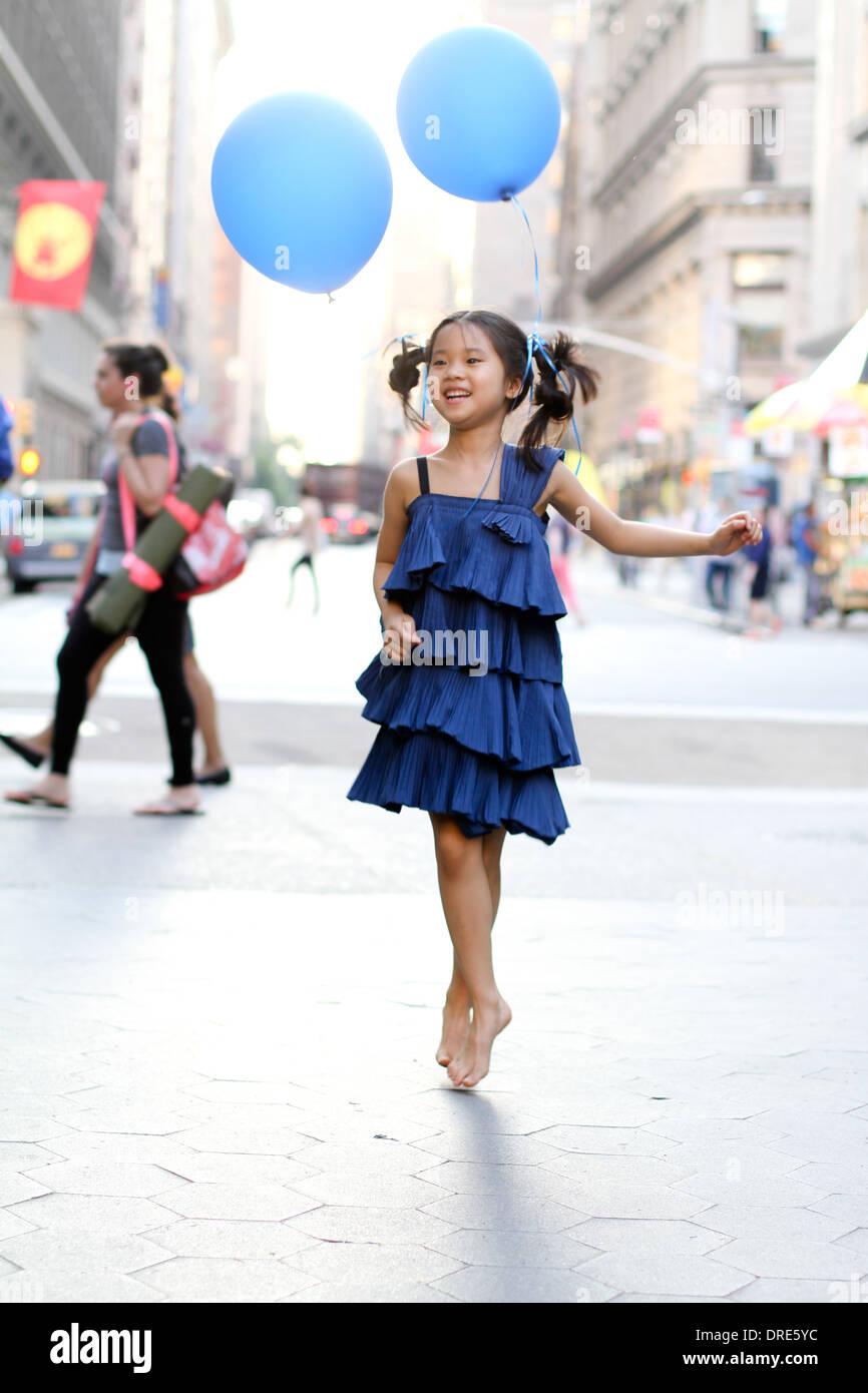 Ragazza in vestito blu con palloncino blu Immagini Stock
