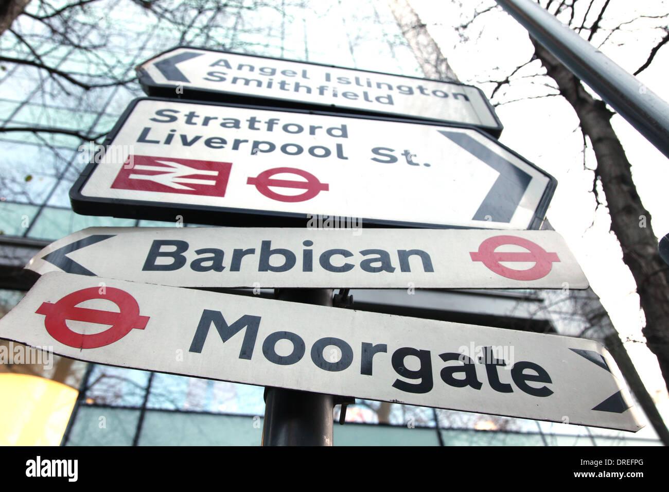 Segnaletica stradale rivolta verso i luoghi e le stazioni della città di Londra Immagini Stock