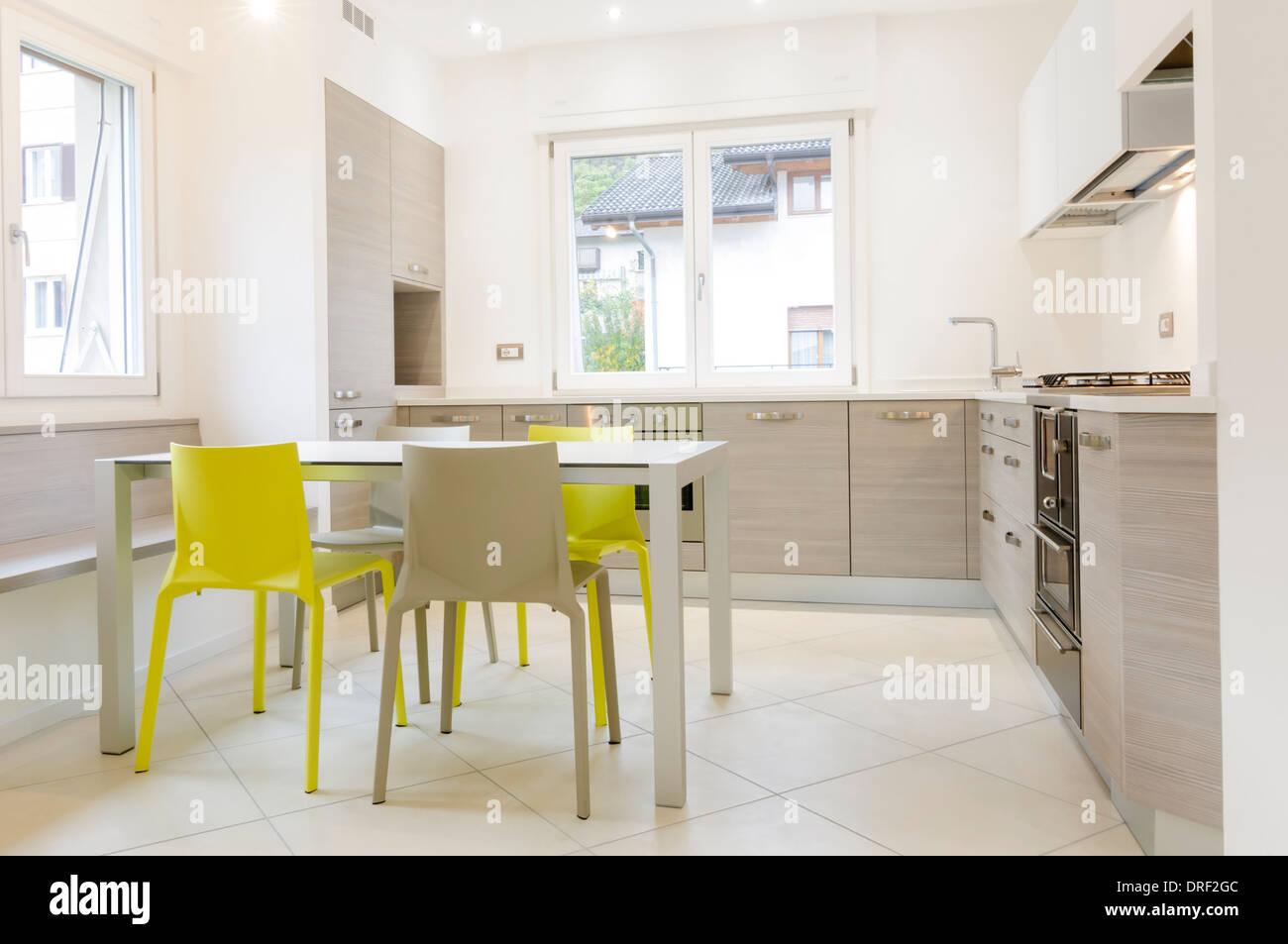 Sedie Bianche E Legno : Cucina moderna con interni con armadi in legno tavolo bianco
