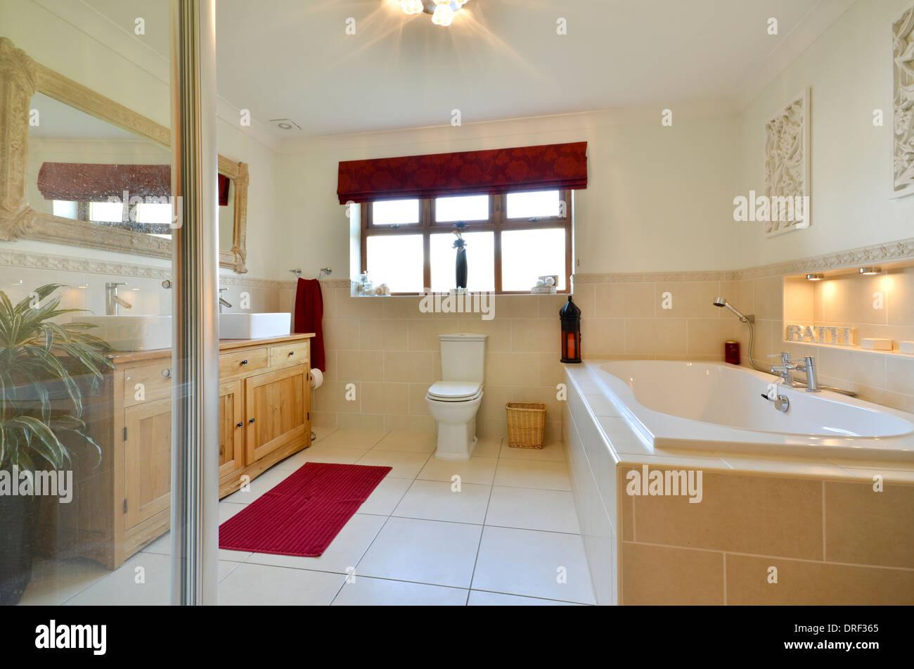 Vasca Da Bagno Rivestita : Bagno rivestito di piastrelle con vasca da bagno e box doccia foto