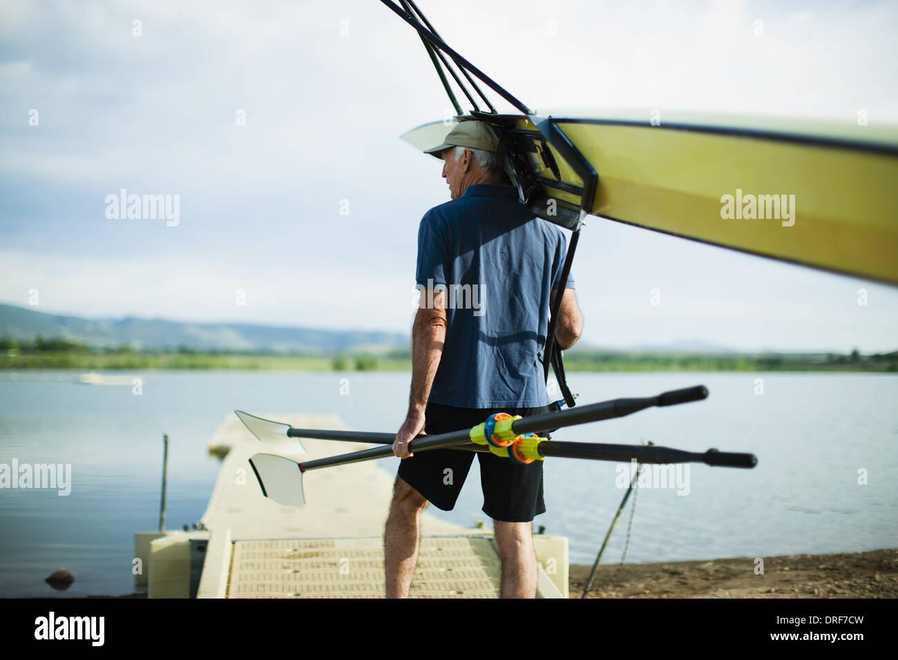 Colorado USA uomo di mezza età che trasportano i remi e shell a remi Immagini Stock