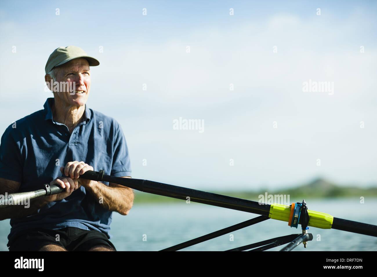 Colorado USA uomo di mezza età di canottaggio scull unica barca a remi Immagini Stock