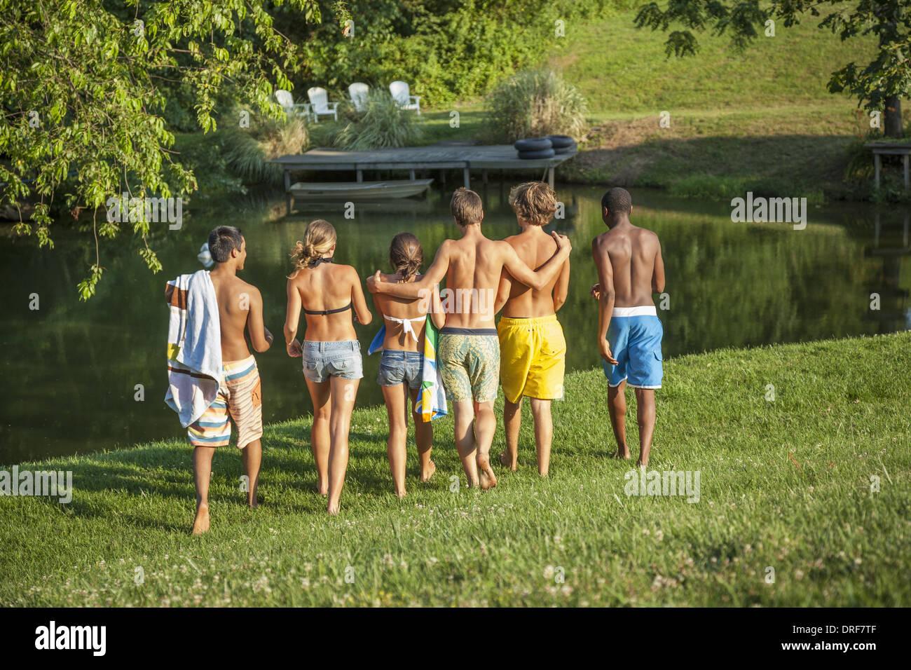 Maryland usa un folto gruppo di ragazzi e ragazze adolescenti in esecuzione Immagini Stock