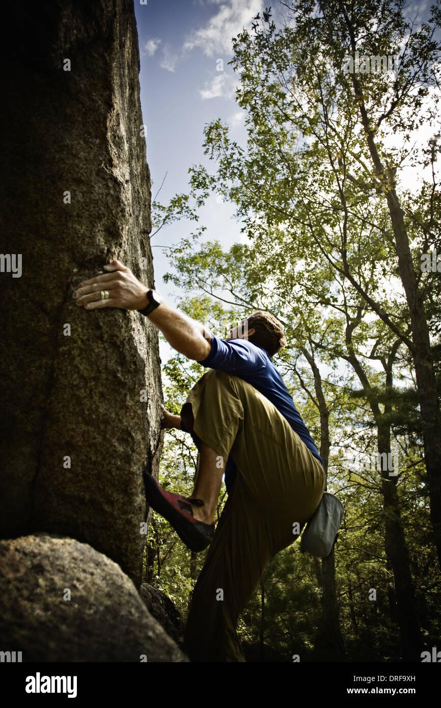 Massachusetts USA Bouldering scalatore arrampicate ripide scogliere Immagini Stock