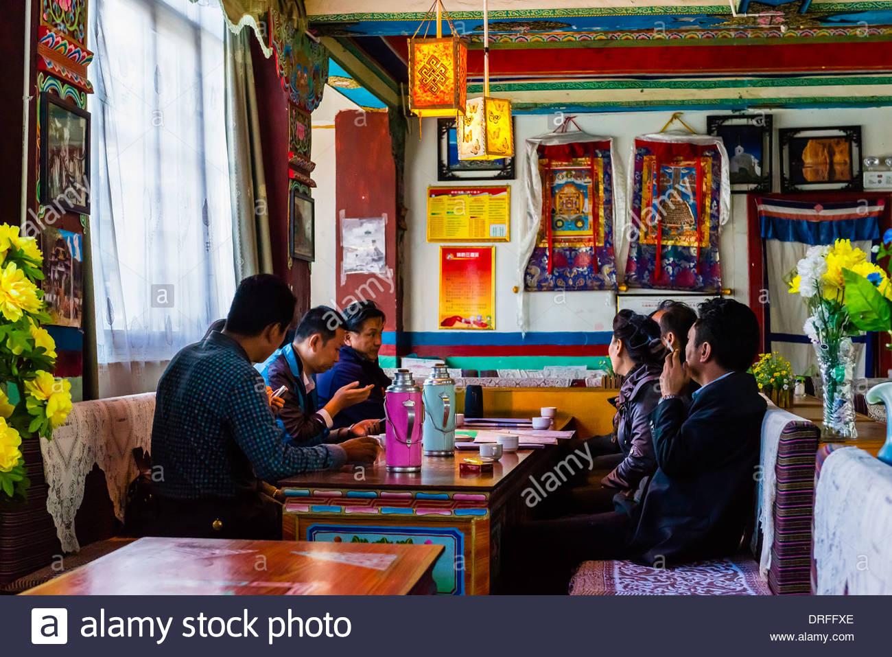 Il popolo cinese del pranzo, Tashi Ristorante, Tsedang Tibet (Xizang), Cina. Immagini Stock