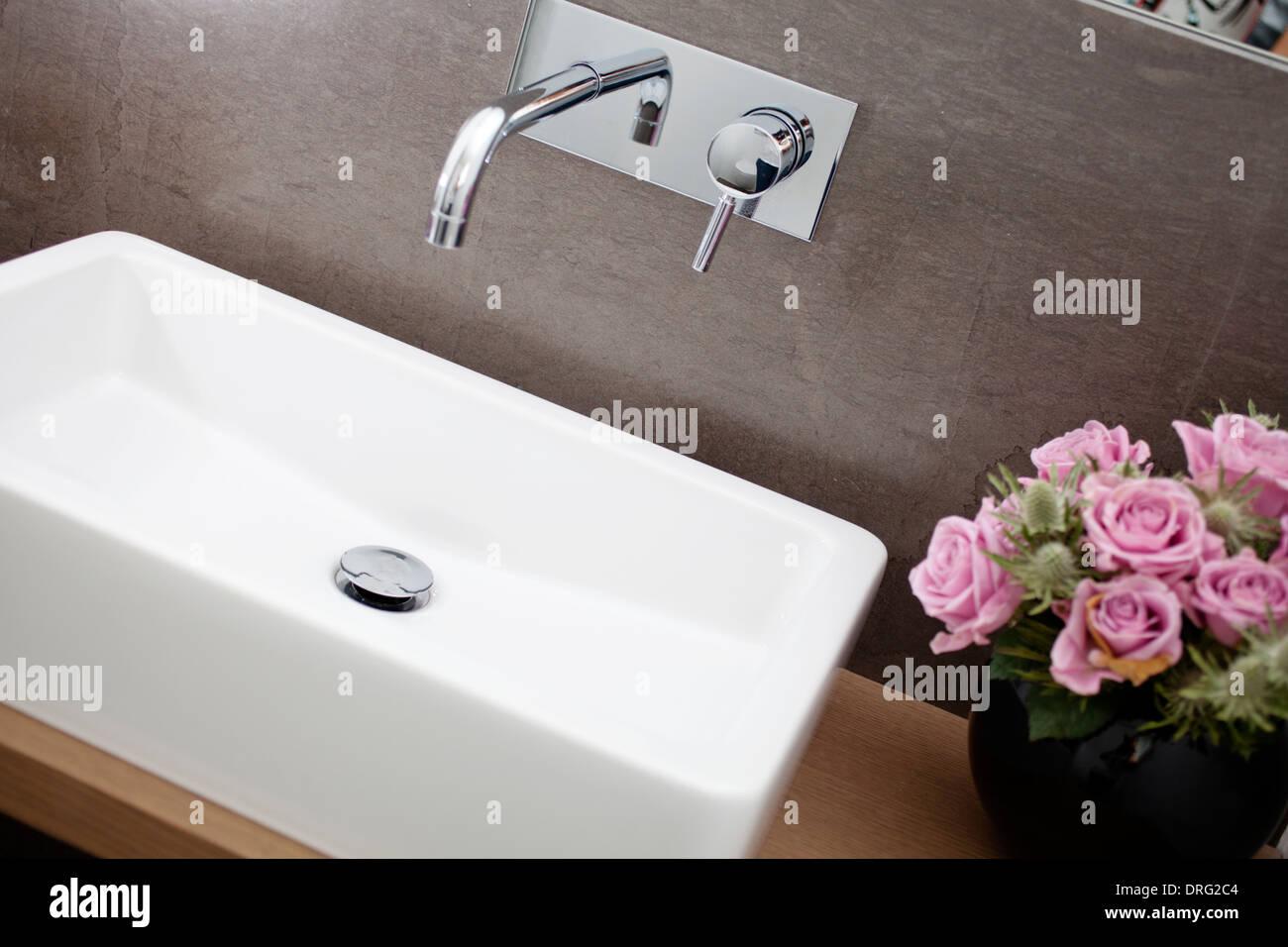 Bagno Con Lavandino Quadrato E Cromato Rubinetto. Le Rose Sul Lato
