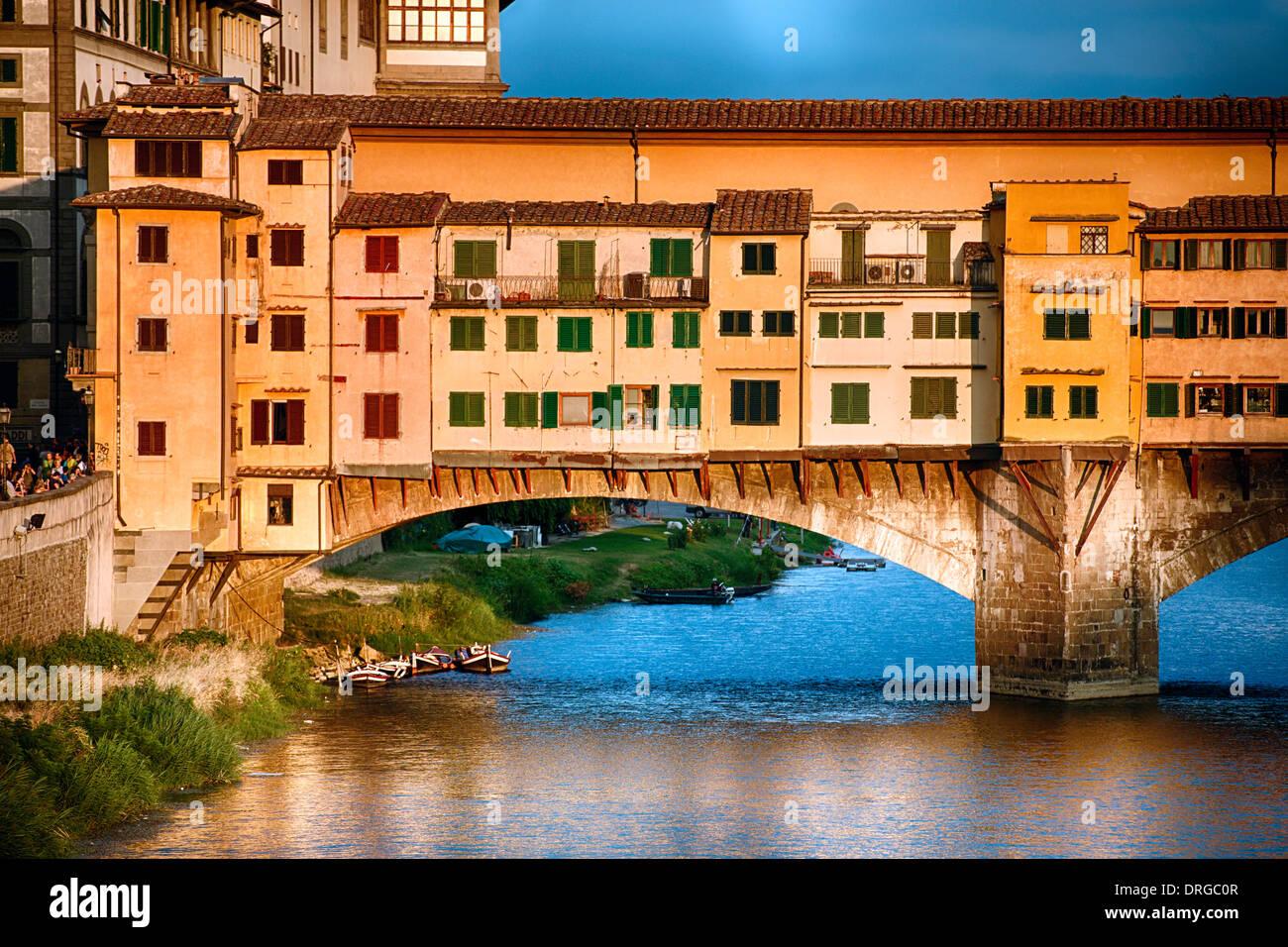 Vista ravvicinata del Ponte Vecchio sull'Arno al tramonto, Firenze, Toscana, Italia Immagini Stock