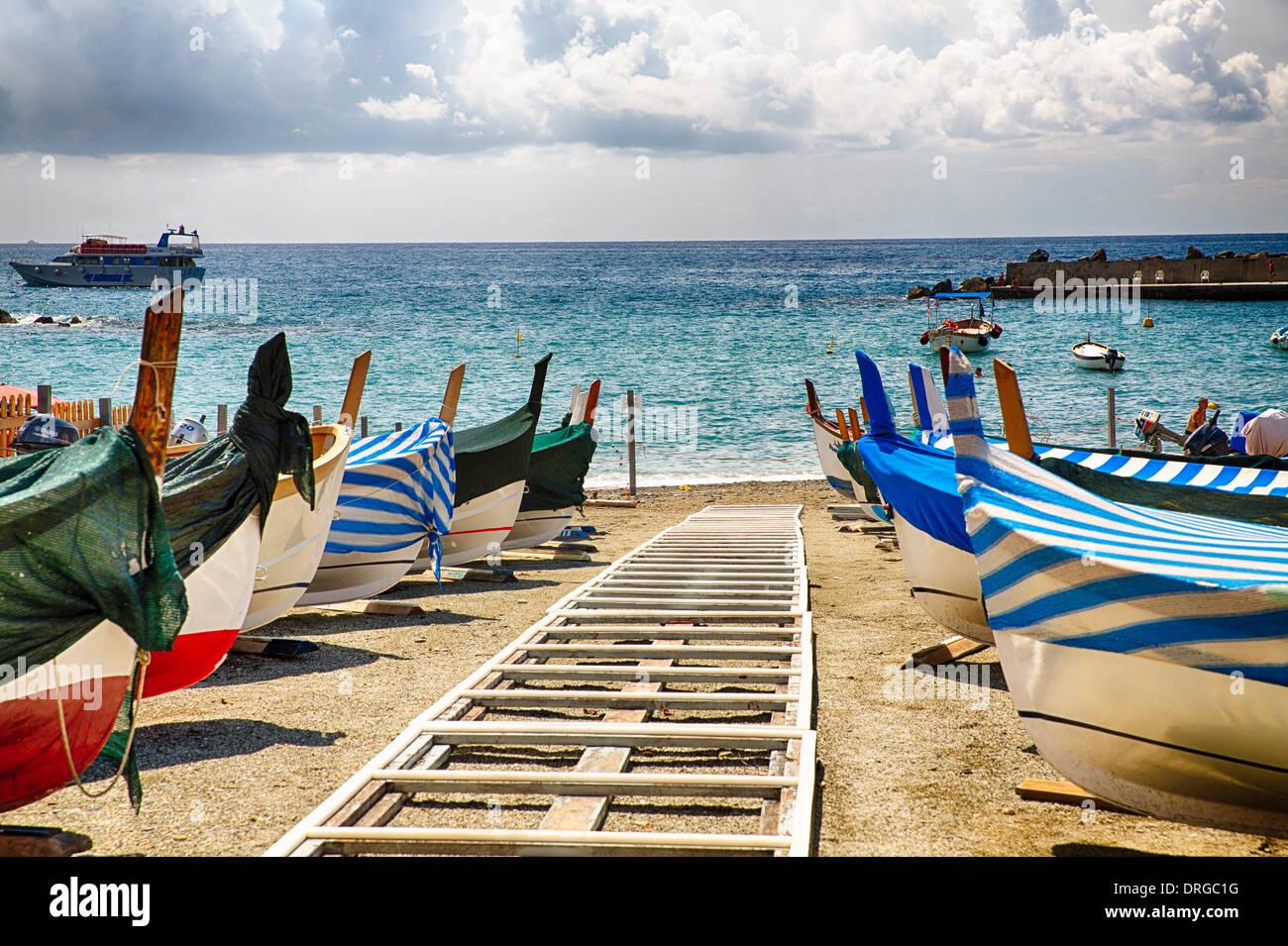 Fila di barche tradizionali sulla riva, Monterosso Al Mare, Cinque Terre Liguria, Italia Immagini Stock