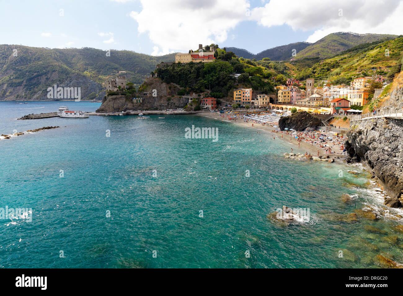 Angolo di alta vista di una città costiera, Monterosso Al Mare, Cinque Terre Liguria, Italia Immagini Stock