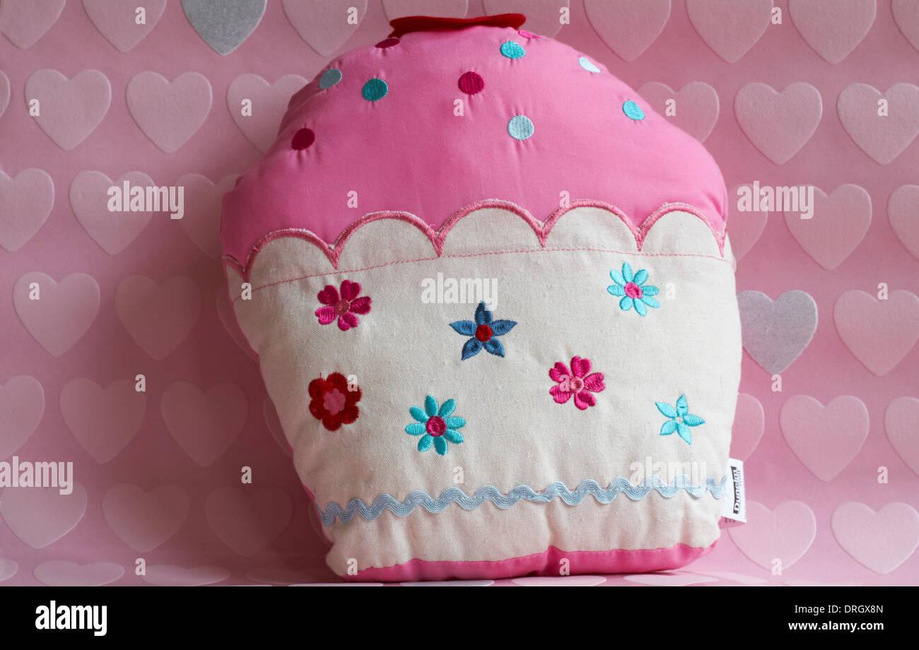 Tortina cuscino con cuori rosa sullo sfondo Immagini Stock