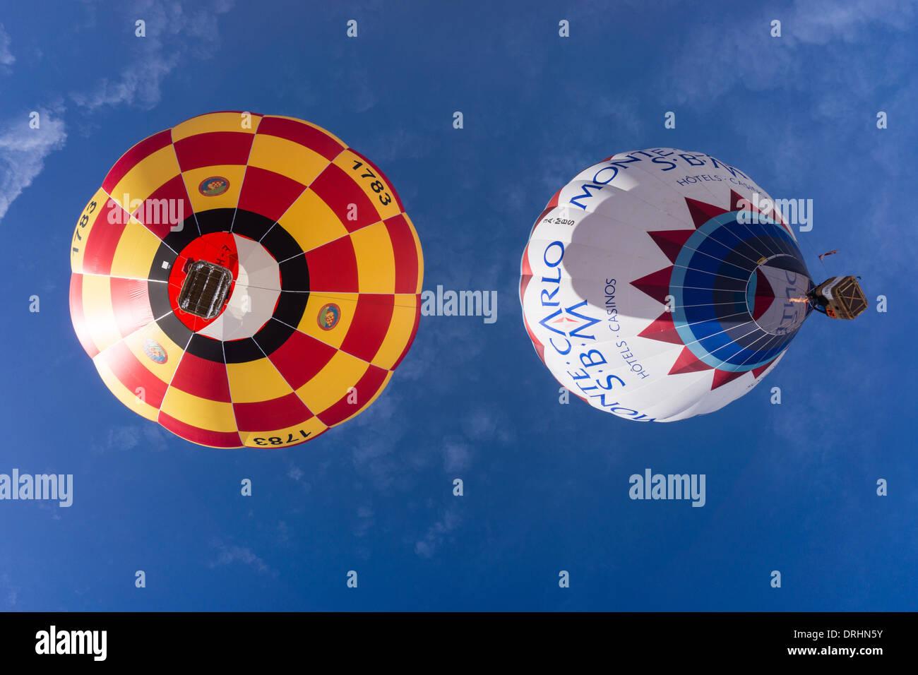 Vista di 2 palloni da sotto. Chateau d'Oex, Svizzera. Foto Stock