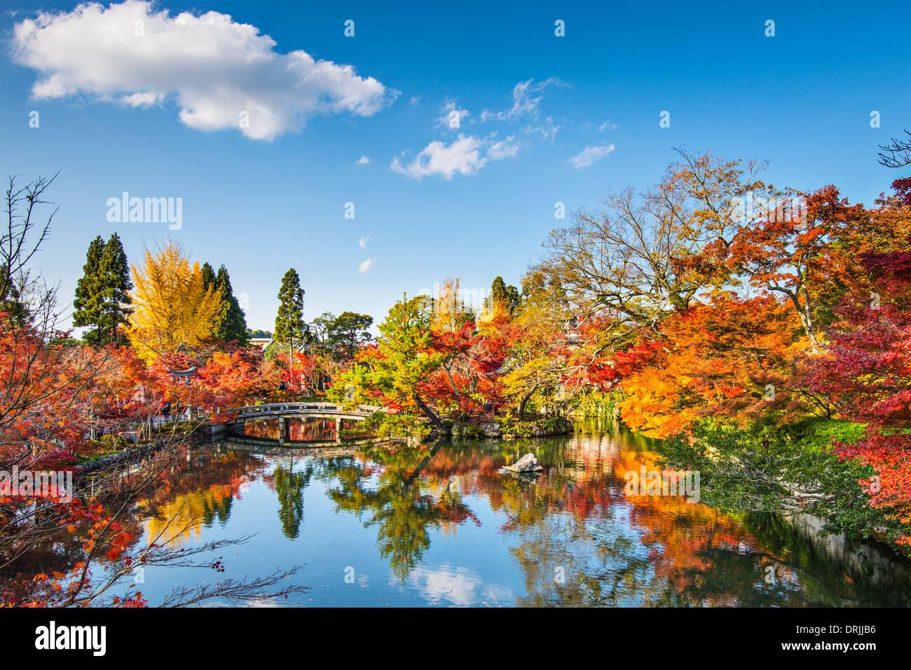 Kyoto, Giappone presso lo stagno e il ponte del tempio Eikando in autunno. Immagini Stock