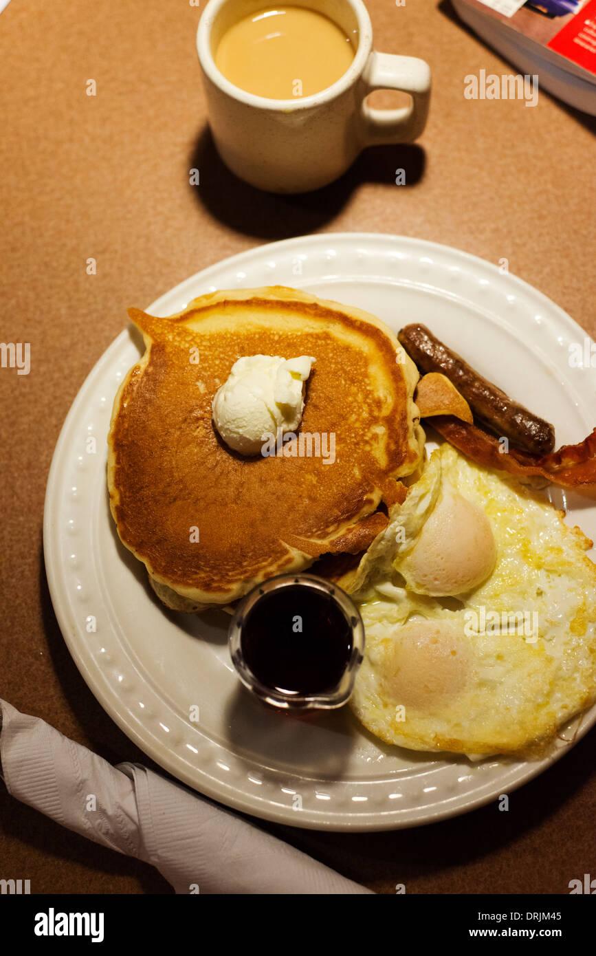 Tipico American fast food colazione a base di frittelle e uova provenienti da un ristorante della catena. Immagini Stock