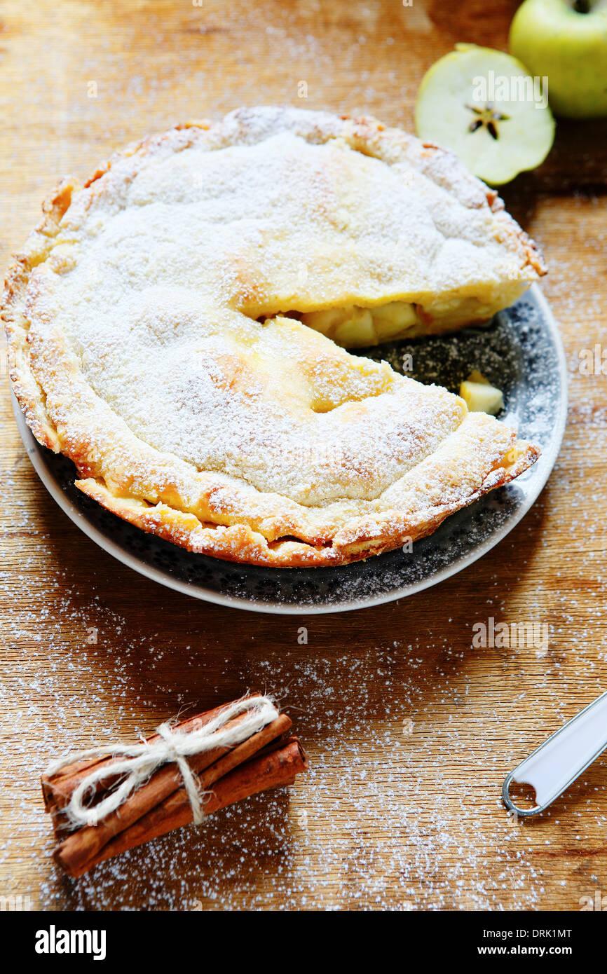 Croccante torta di mele con cannella, cibo closeup Immagini Stock