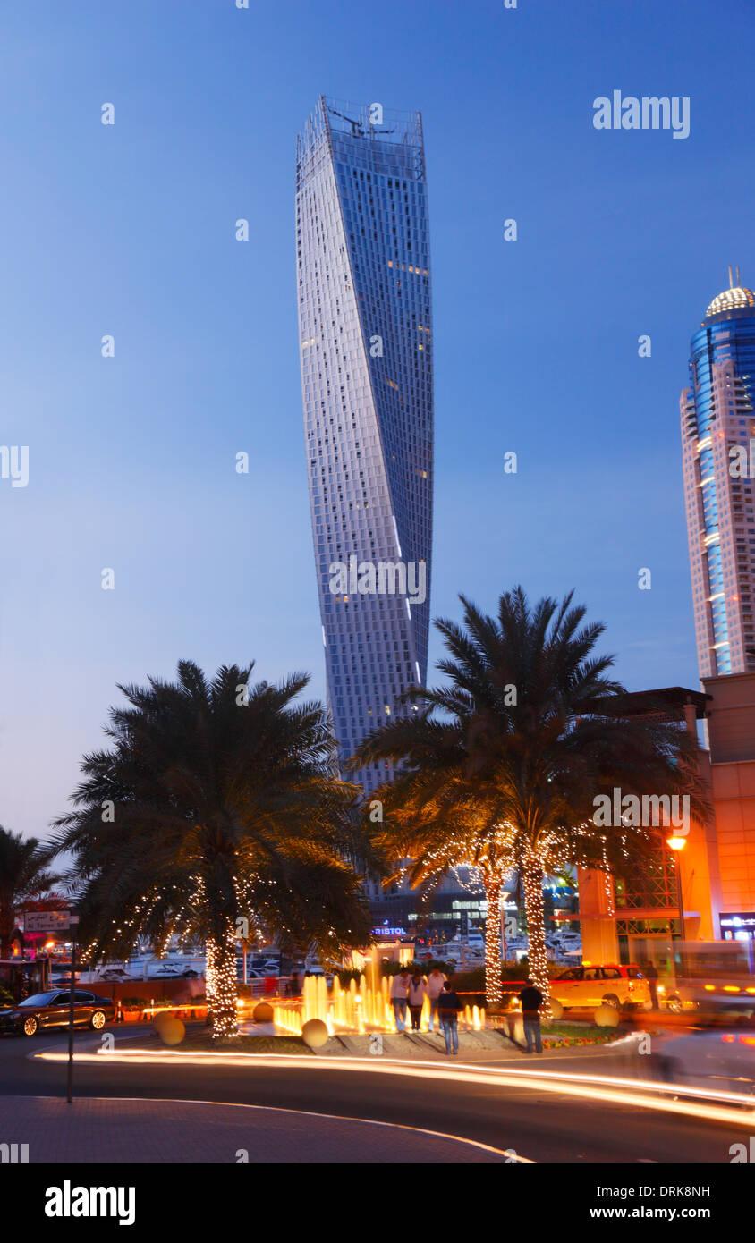 Marina di Dubai. Il twisted tower (torre Cayan). Immagini Stock