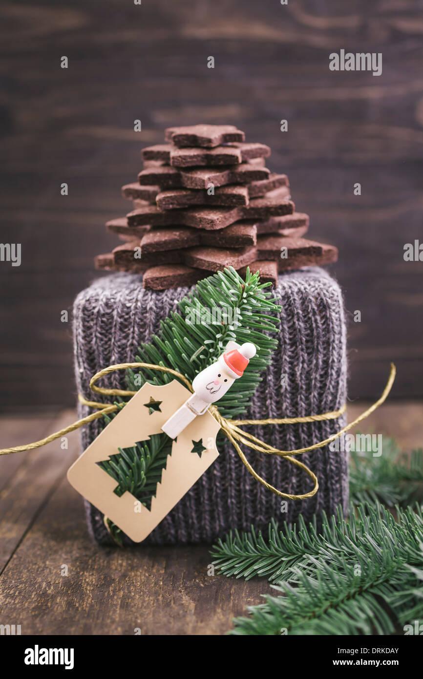 Albero Di Natale Fatto Con I Biscotti.Regalo Di Natale Avvolto In Maglia Confezione Regalo Con Un Albero