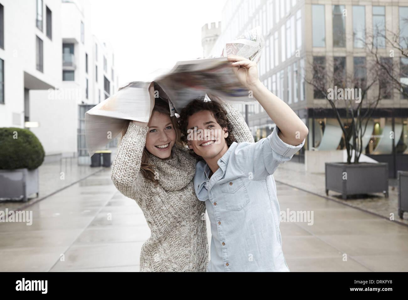 Coppia giovane in movimento sotto la pioggia Immagini Stock