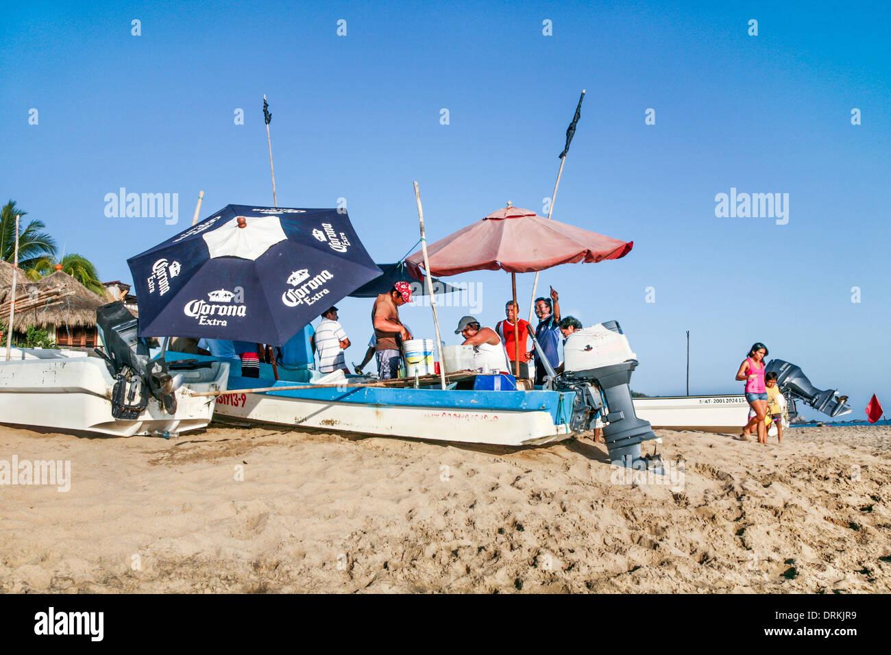 I pescatori locali break out ombrelloni & birra 31 dicembre 2013 mentre il campionamento delicatezze dal loro catture prima di Capodanno parti iniziare Immagini Stock