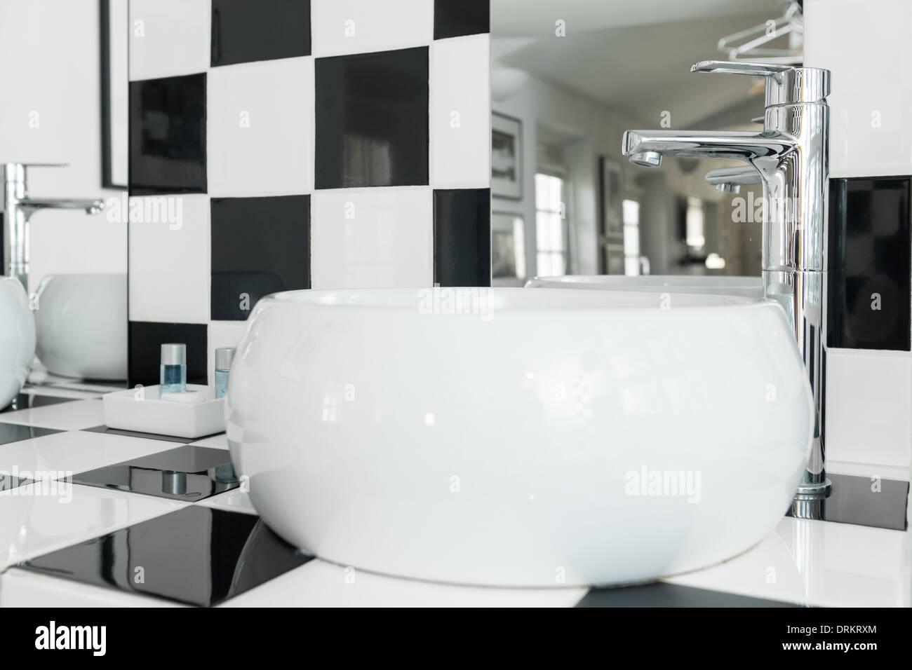 Moderno e di colore bianco lavello ovale in un bagno a scacchi con