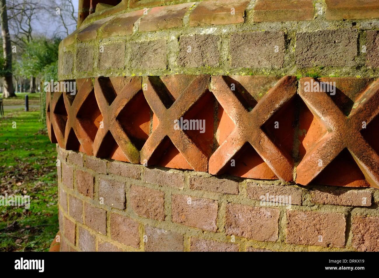 In cotto piastrelle decorative allinterno di un muro di mattoni in