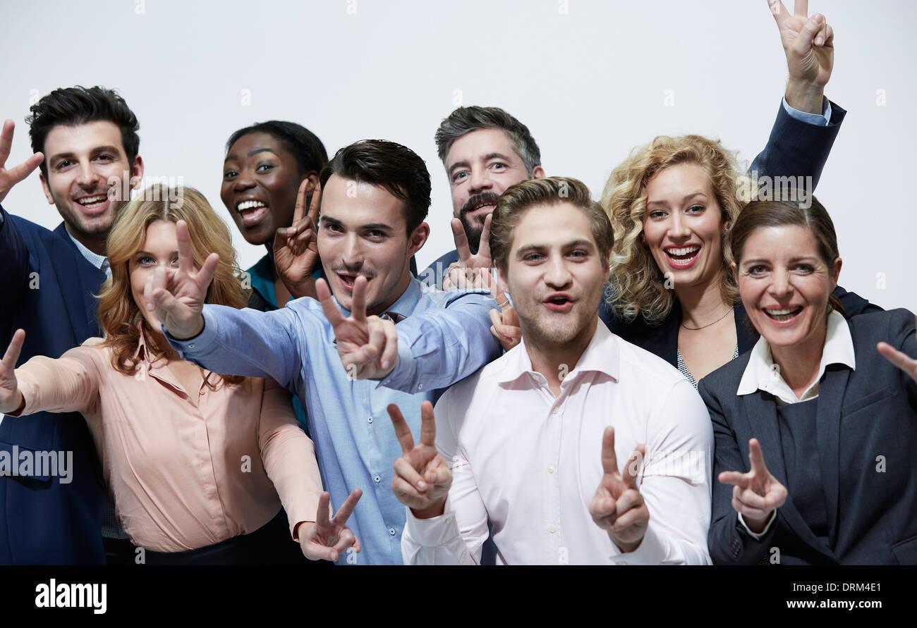 Germania, Neuss, gruppo di gente di affari, dando segno di vittoria Immagini Stock