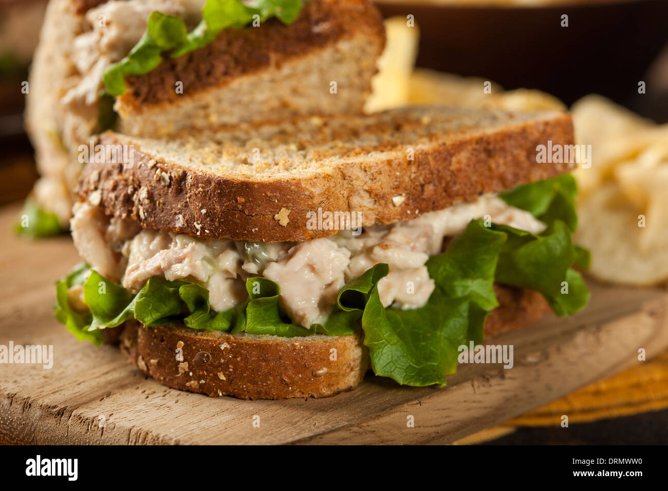 Un sano tonno Sandwich con lattuga e un lato di chip Immagini Stock