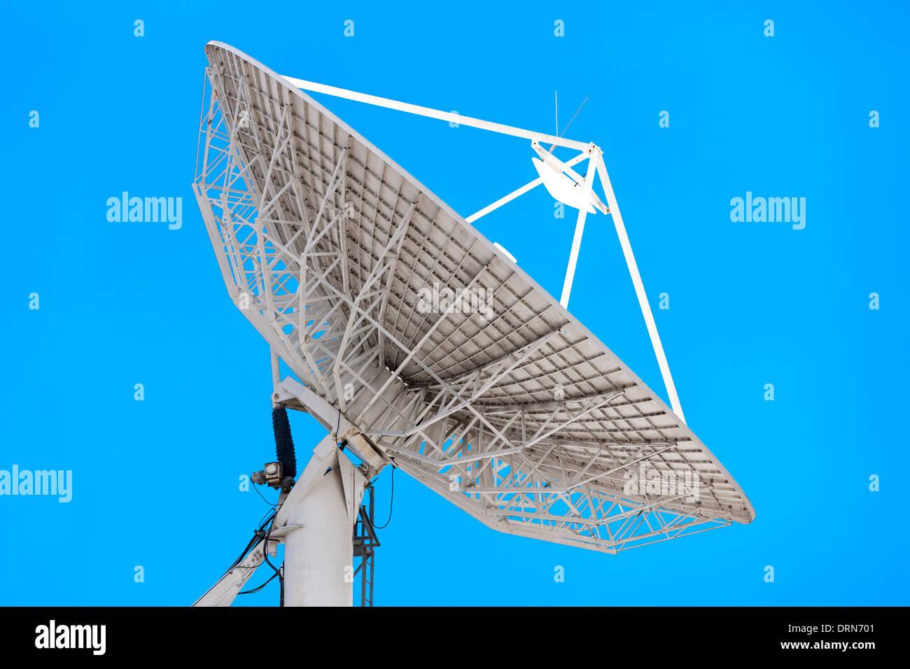 Grande parabola satellitare. Messa a terra la stazione terrestre di comunicazione televisiva per le reti di telecomunicazioni collegamento uplink Immagini Stock