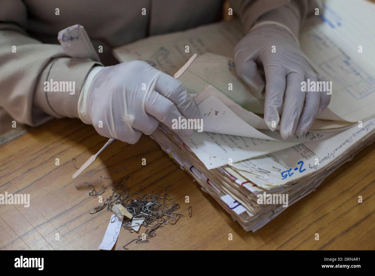 (140130) -- Città del Guatemala, Gennaio 30, 2014 (Xinhua) -- Un lavoratore controlla i documenti presso l'Archivio Storico della polizia nazionale (AHPN, per il suo acronimo in spagnolo), a Città del Guatemala, capitale del Guatemala, il 29 gennaio, 2014. Il AHPN è stato trovato per caso su 2005 in un vecchio deposito di esplosivi della nazionale di deposito civile (PNC). L'archivio possiede circa 80 milioni di fogli che coprono un intervallo di date da 1881 a 1997, quando la polizia nazionale ha cessato di esistere e il PNC è venuto a essere. I documenti hanno rivelato il modo in cui la polizia nazionale ha operato durante il conflitto armato in Guatemala (1960-199 Immagini Stock