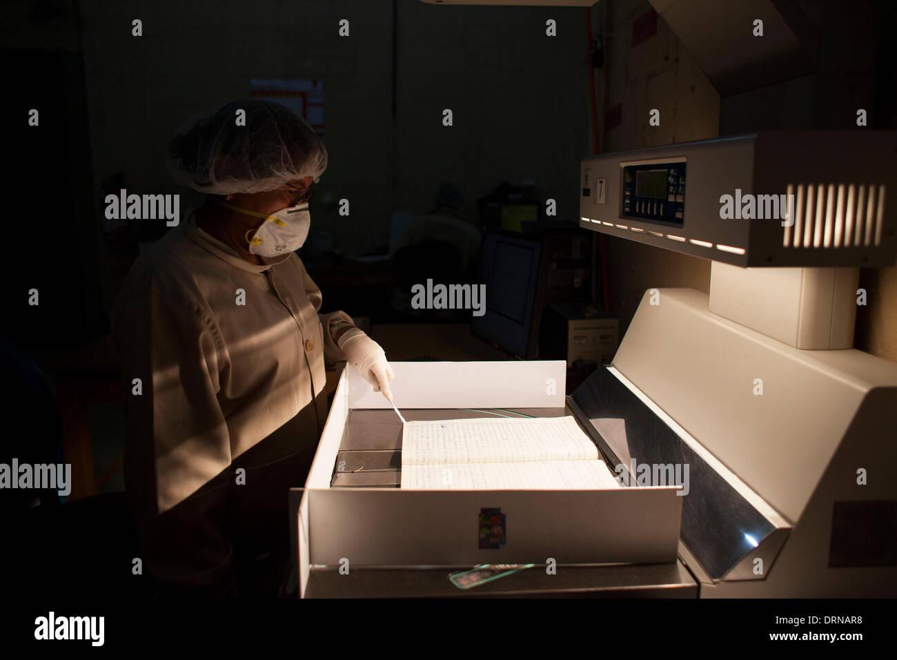 (140130) -- Città del Guatemala, Gennaio 30, 2014 (Xinhua) -- Un lavoratore digitalizza documenti presso l'Archivio Storico della polizia nazionale (AHPN, per il suo acronimo in spagnolo), a Città del Guatemala, capitale del Guatemala, il 29 gennaio, 2014. Il AHPN è stato trovato per caso su 2005 in un vecchio deposito di esplosivi della nazionale di deposito civile (PNC). L'archivio possiede circa 80 milioni di fogli che coprono un intervallo di date da 1881 a 1997, quando la polizia nazionale ha cessato di esistere e il PNC è venuto a essere. I documenti hanno rivelato il modo in cui la polizia nazionale ha operato durante il conflitto armato in Guatemala (19 Immagini Stock