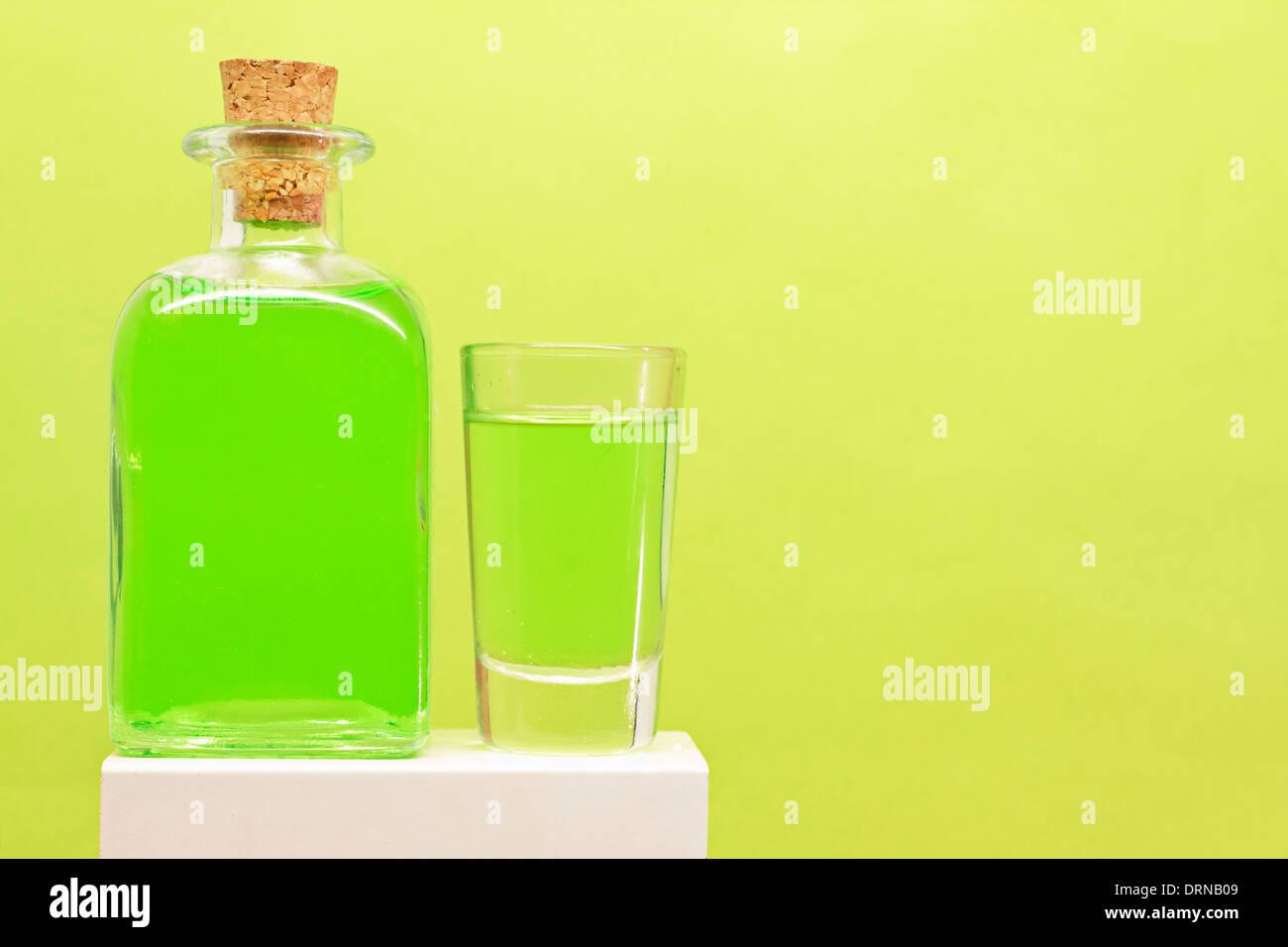 La Menta Piperita Bottiglia Di Liquore E Tiro Su Sfondo Verde Foto