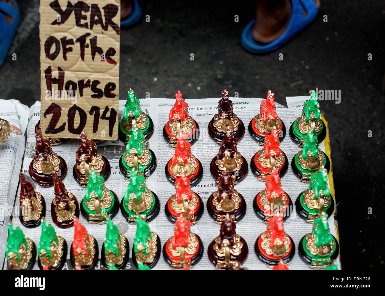Manila, Filippine. Il 30 gennaio 2014. Portafortuna nella forma di cavalli sono venduti nelle strade Chinatown Manila un giorno prima della celebrazione del Capodanno cinese, l'anno del cavallo il 30 gennaio 2014. Foto di Mark Cristino/Alamy Live News Immagini Stock